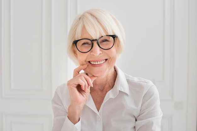 Heureuse femme avec des lunettes de tir moyen Photo gratuit