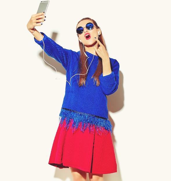 Heureuse Femme Mignonne Avec Smartphone Et écouteurs Photo gratuit