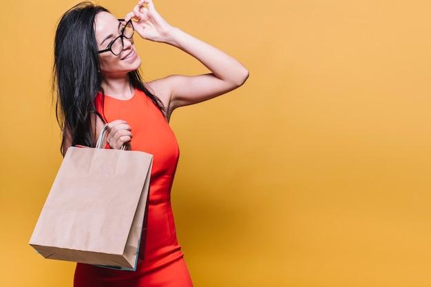 Heureuse femme moderne avec des sacs à provisions Photo gratuit