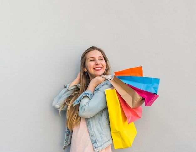 Heureuse femme portant des sacs dans le dos Photo gratuit