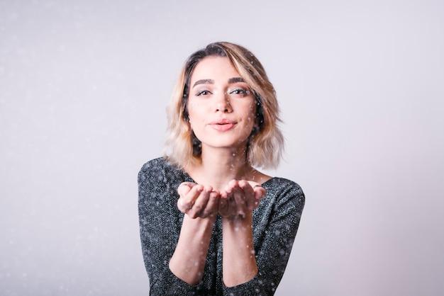 Heureuse femme soufflant des étincelles Photo gratuit