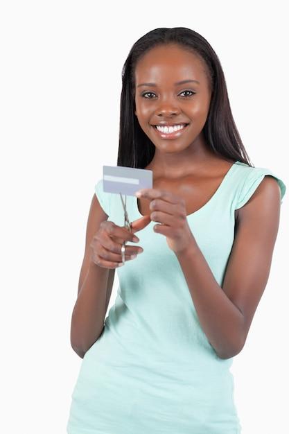 Heureuse femme souriante détruisant sa carte de crédit Photo Premium