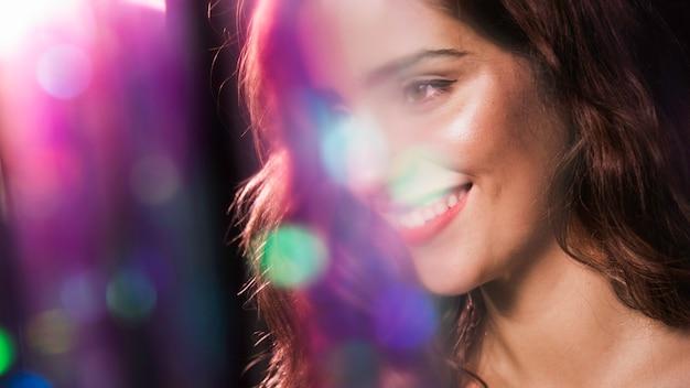 Heureuse femme souriante et effet d'étincelles floues Photo gratuit
