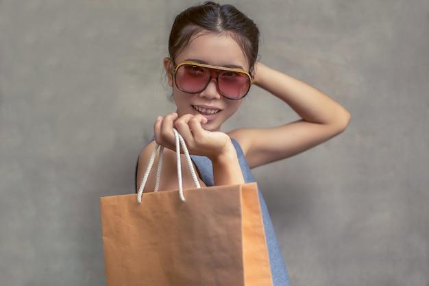 Heureuse femme souriante tenir sac à provisions Photo Premium