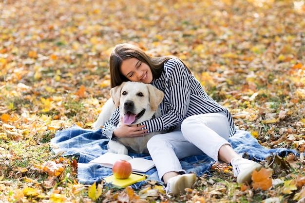 Heureuse femme tenant son chiot Photo gratuit