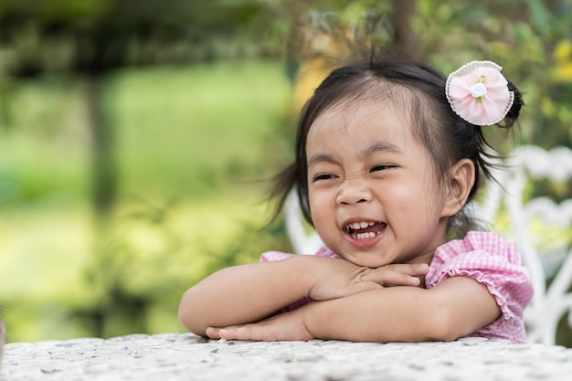 Heureuse fille asiatique rigole et heureusement. Photo Premium