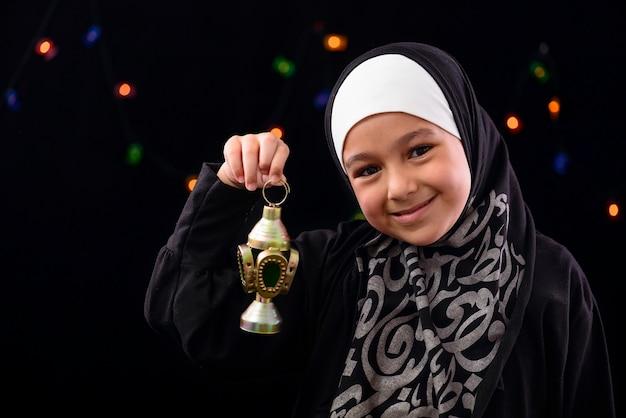 Heureuse Fille Musulmane Célébrant Avec La Lanterne Du Ramadan Photo Premium