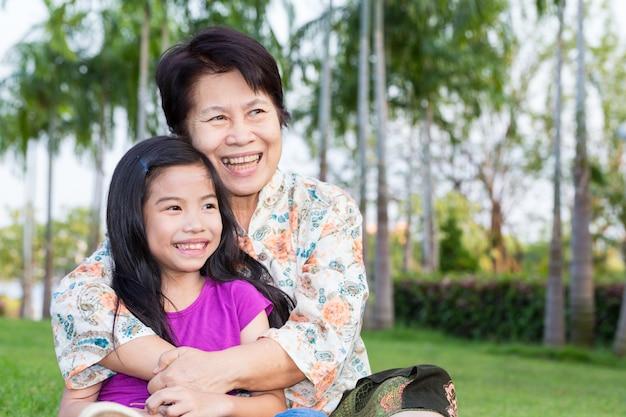 Heureuse grand-mère asiatique et petits-enfants souriants Photo Premium
