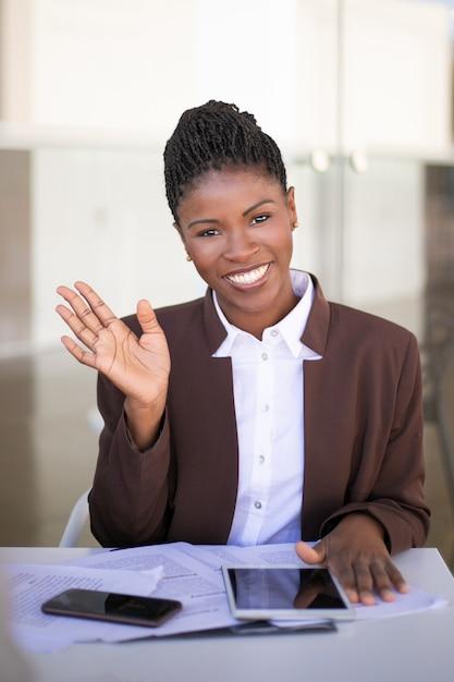 Heureuse jeune femme d'affaires posant Photo gratuit