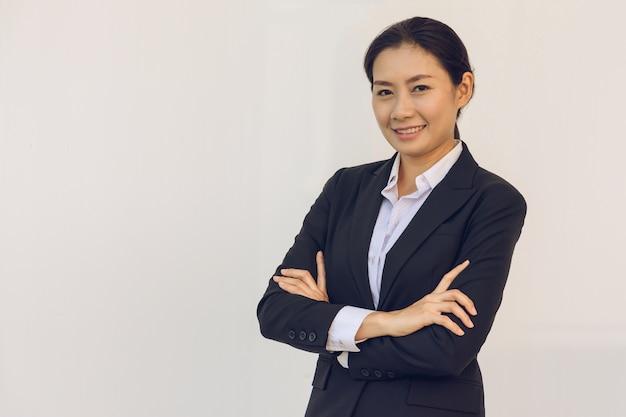 Heureuse jeune femme d'affaires Photo Premium