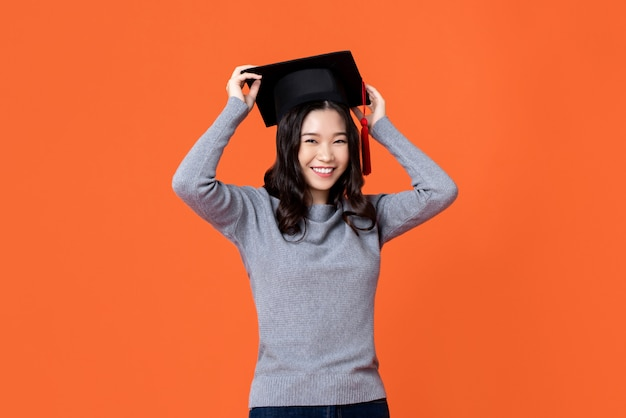 Heureuse Jeune Femme Asiatique Souriante Portant Un Chapeau De Graduation Photo Premium