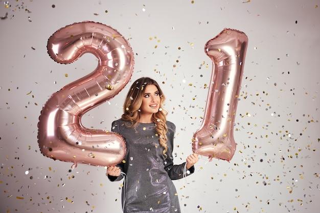 Heureuse Jeune Femme Avec Des Ballons Pour Célébrer Son Anniversaire Photo gratuit