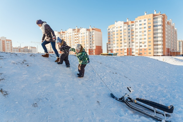 Heureuse jeune femme avec deux enfants Photo Premium