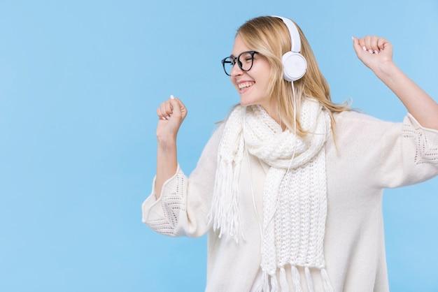 Heureuse jeune femme écoutant de la musique Photo gratuit