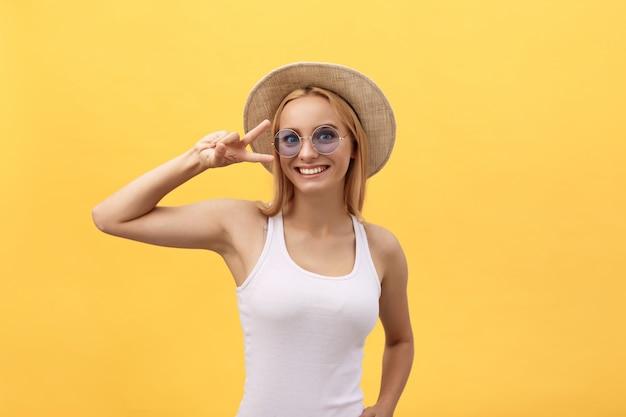 Heureuse jeune femme gaie vêtue d'un t-shirt blanc se réjouissant des bonnes nouvelles ou d'un cadeau d'anniversaire Photo Premium