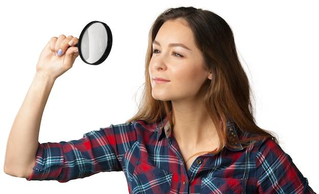Heureuse jeune femme à la loupe Photo Premium