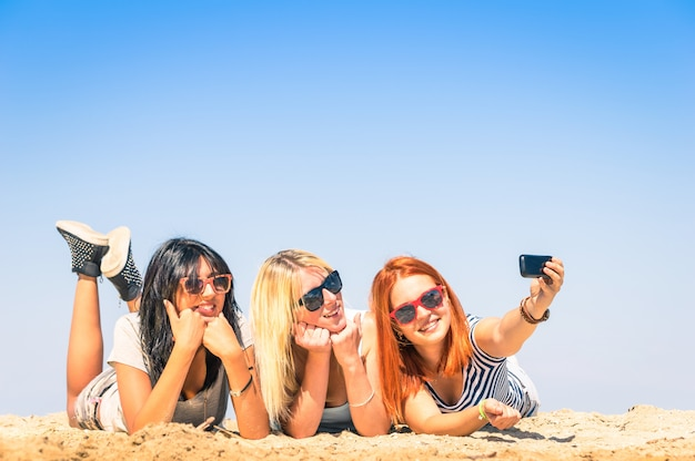 Heureuse jeune femme prenant selfie à la plage Photo Premium