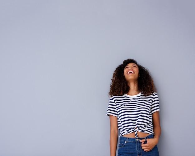 Heureuse jeune femme en riant et en levant les yeux Photo Premium