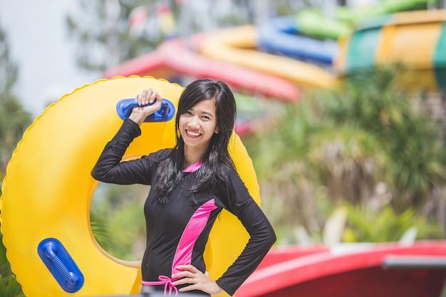 Heureuse Jeune Femme Avec Tube Dans Un Parc Aquatique Resort Photo Premium