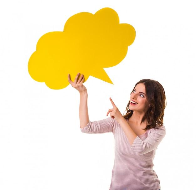 Heureuse jeune fille tenant une bulle jaune pour le texte. Photo Premium