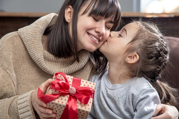 Heureuse Jeune Maman Avec Sa Jolie Fille. Le Concept De Félicitations Pour Les Vacances, Les Relations Familiales Et Le Temps De Qualité Ensemble. Photo gratuit