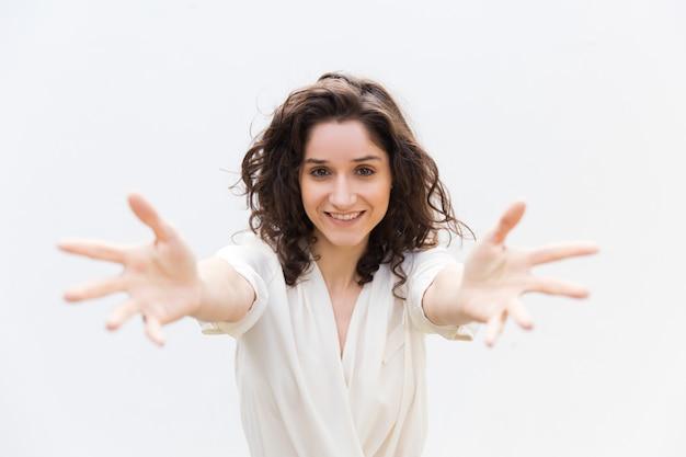 Heureuse Joyeuse Belle Femme Tendant Les Mains Photo gratuit