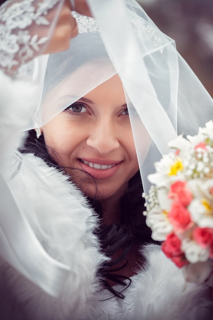 Heureuse mariée en automne parc Photo Premium