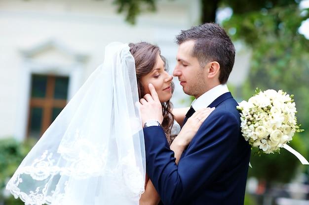 Heureuse mariée et le marié. couple de mariage Photo Premium