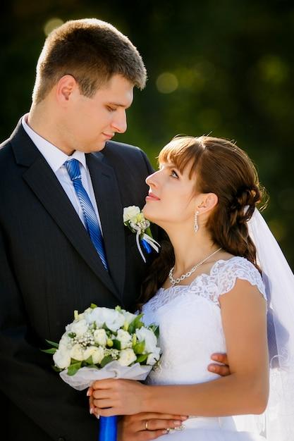 Heureuse mariée et le marié sur leur mariage Photo Premium