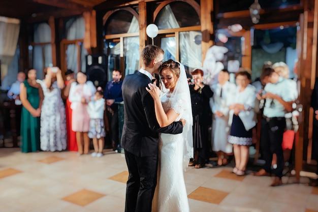 Heureuse mariée et le marié a leur première danse, mariage Photo Premium