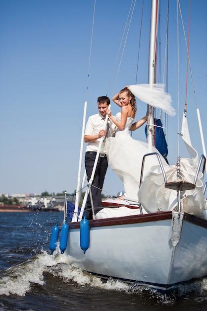 Heureuse mariée et le marié sur un yacht de luxe. Photo Premium