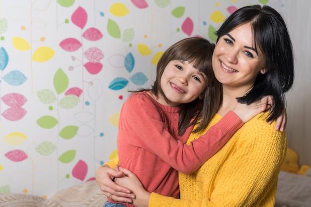 Heureuse mère et fille embrassant Photo gratuit