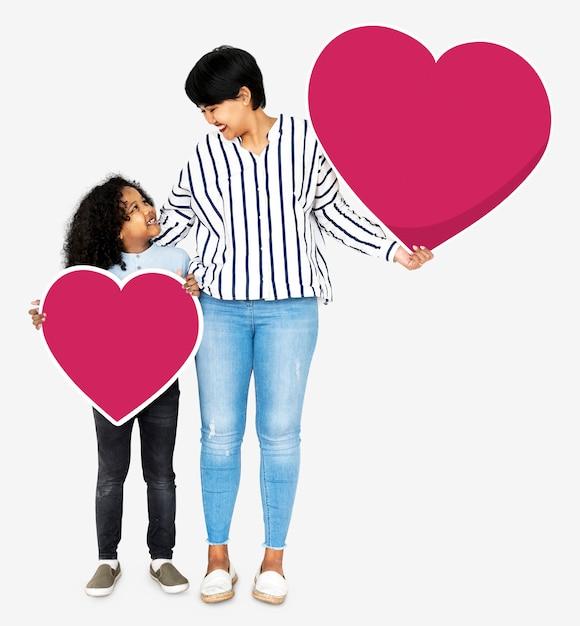 Heureuse mère et fils tenant des icônes du coeur Photo Premium