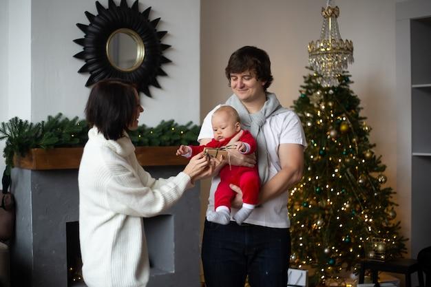 Heureuse mère, père et petit bébé Photo Premium