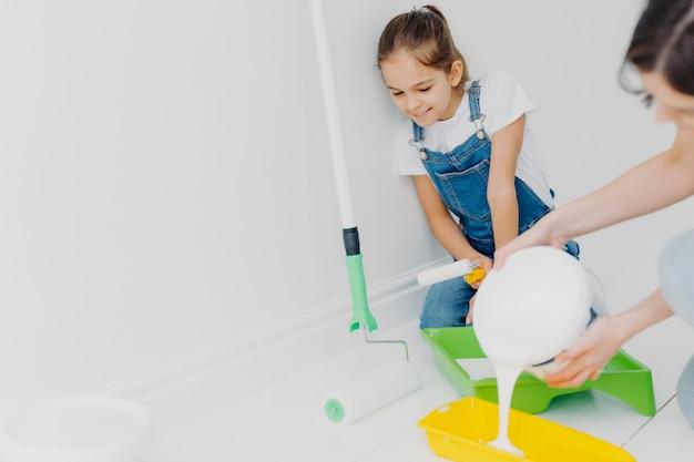 Heureuse Mère Et Petite Fille Font Des Réparations à Leur Domicile Photo Premium