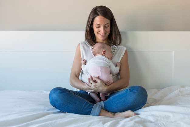 Heureuse Mère Avec Sa Petite Fille à La Maison. Style De Vie à L'intérieur Et Concept D'amour En Famille Photo Premium