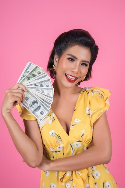 Heureuse Mode Main Belle Femme Tenant L'argent Du Dollar Photo gratuit