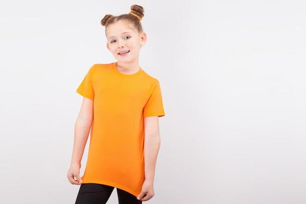 Heureuse petite fille rousse sur fond blanc Photo Premium