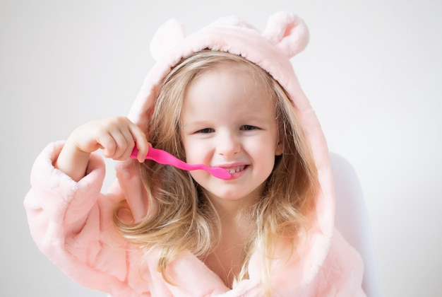 Heureuse Petite Fille Se Brosser Les Dents, Brosse à Dents Rose, Hygiène Dentaire, Mode De Vie Sain Matin Nuit Photo Premium