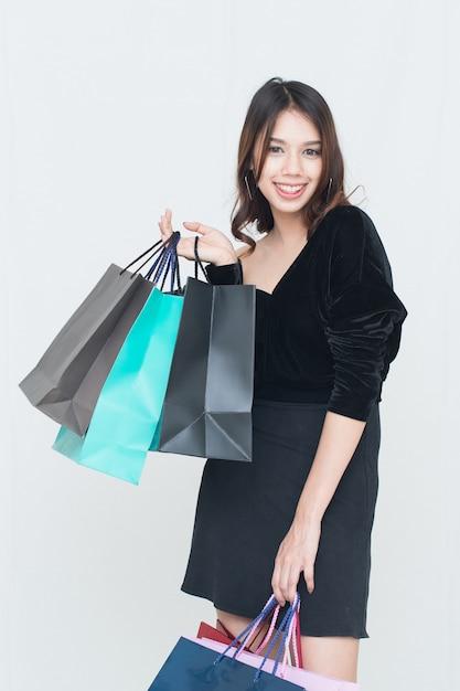 Heureuses Femmes Asiatiques Avec Sac à Provisions Photo Premium