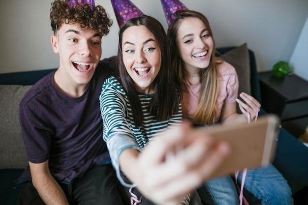 Heureux adolescents prenant un selfie Photo gratuit