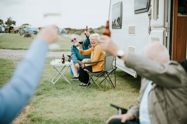 Heureux aînés levant leurs lunettes Photo Premium