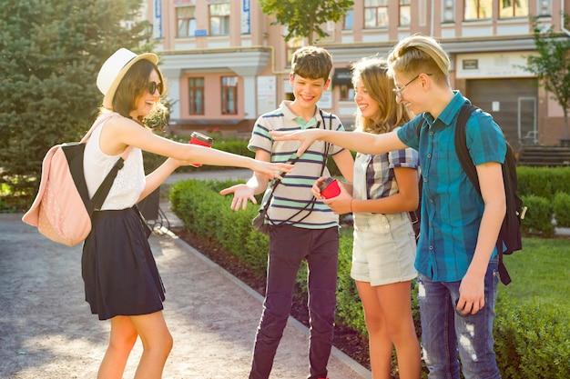 Heureux Amis Adolescents Marchant, Parlant Profiter De La Journée Dans La Ville Photo Premium