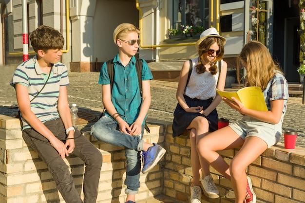 Heureux amis adolescents s'amusant Photo Premium