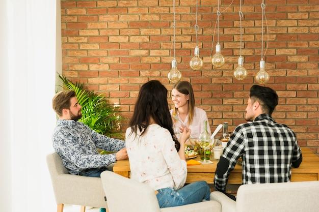 Heureux amis assis sur des fauteuils Photo gratuit