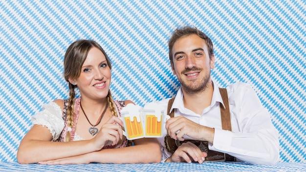 Heureux amis bavarois avec des chopes à bière Photo gratuit