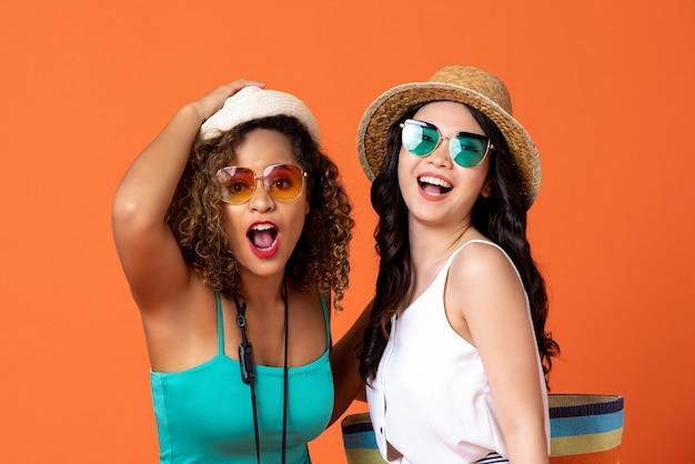 Heureux amis de femme interraciale extatique en vêtements décontractés d'été Photo Premium