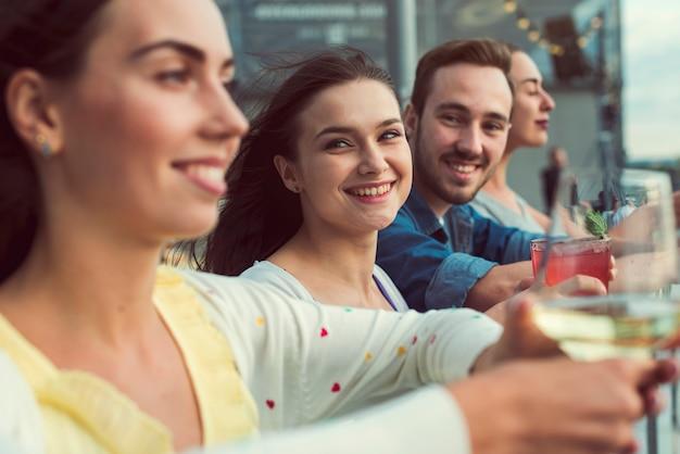 Heureux amis lors d'une fête Photo gratuit