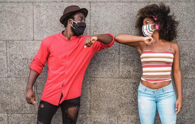 Heureux Amis Portant Des Masques De Protection Tout En Se Cognant Les Coudes Photo Premium