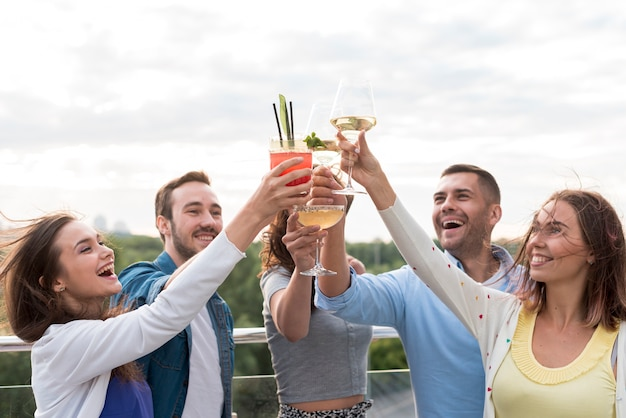 Heureux amis portant un toast à une fête Photo gratuit